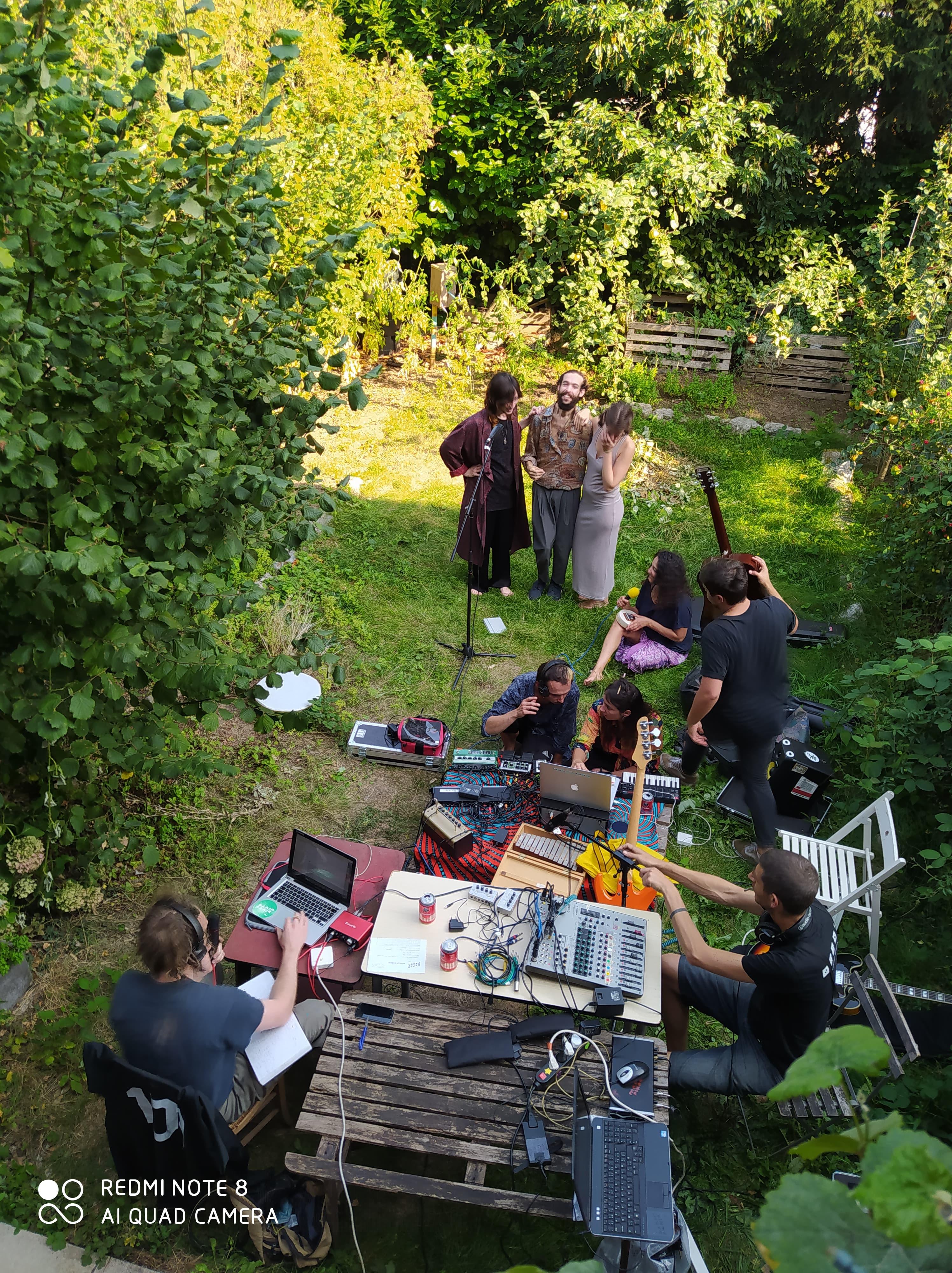photo du studio volant dans le jardin avec l'ensemble des artistes